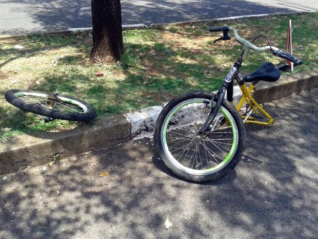 Bicicleta ficou partida ao meio após acidente (Foto: Mariane Peres/G1)