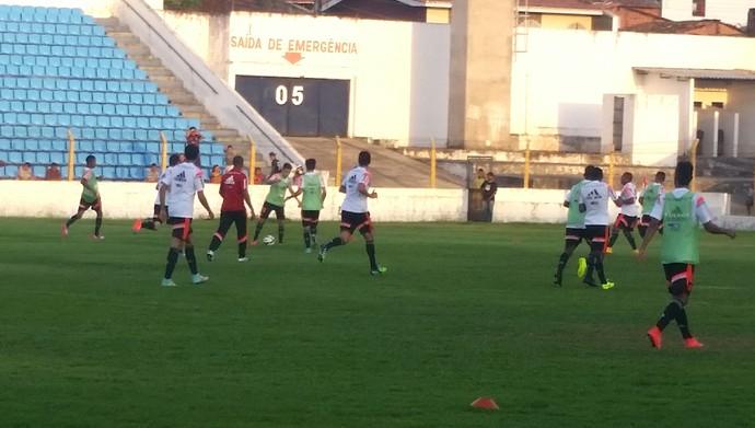 Com apoio da torcida, Flamengo treina no Nhozinho Santos