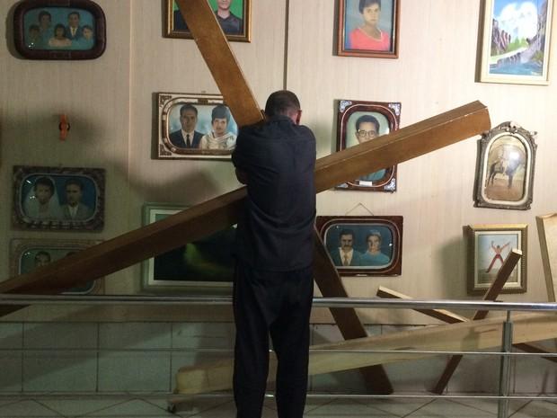 Paulo se despediu da cruz que carregou por mais de 30 dias em Trindade Goiás (Foto: Vanessa Martins/G1)