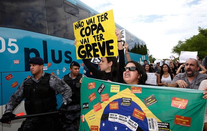 manifestação apresentação Seleção Brasileira (Foto: Ap)
