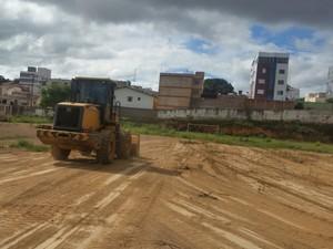 Máquinas fazem início das obras, com patrolamento e limpeza da parte do campo (Foto: Ateneu/Divulgação)