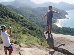Visitantes fazem pose na Pedra do Telégrafo (Foto: José Raphael Berrêdo / G1)