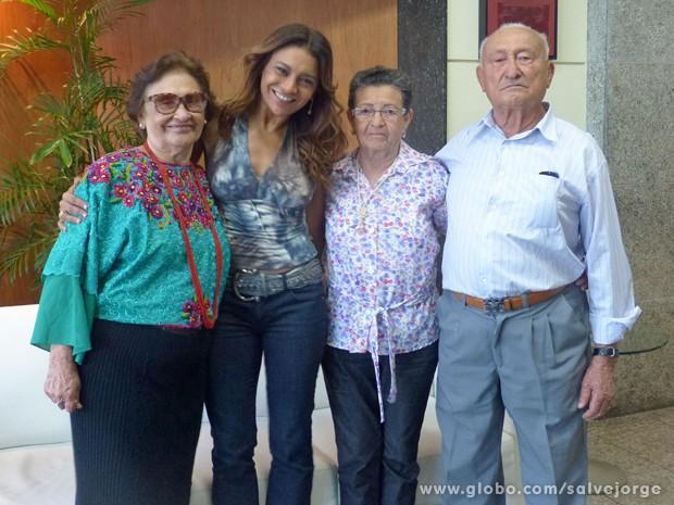 Dira Paes recebe o carinho a mãe dona Flor Paes, e à direita seus tios Francisco e Nazaré Fonseca (Foto: Salve Jorge/TV Globo)