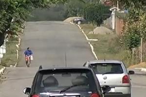 Avenida não possui quebra-molas e veículos passam em alta velocidade (Foto: Reprodução/TV Rio Sul)