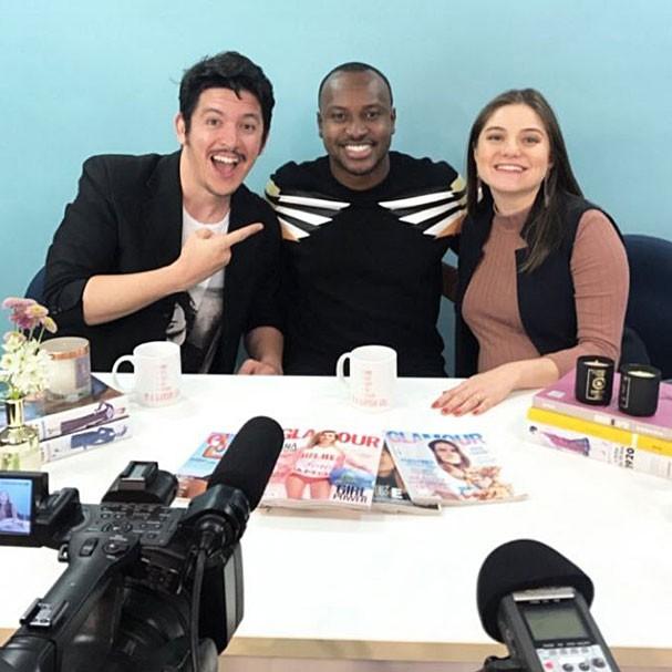 Thiaguinho ladeado pelos apresentadores Felipe Carvalho e Alline Dauroiz (Foto: Joyce Kerches)