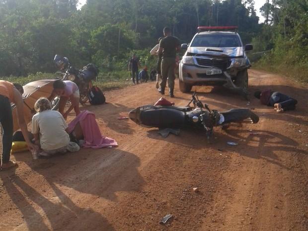 Resultado de imagem para Duas crianças morrem após a moto em que estavam colidir contra uma viatura da Polícia Militar, na zona rural do município de São Félix do Xingu, na estrada do Rio Preto, no Cruzeiro do Sul, no sudeste do Pará. O acidente ocorreu na noite de sábado (24).