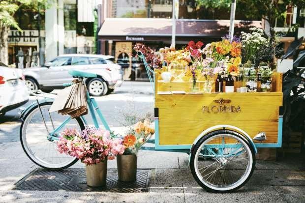 Bicicleta com cesto de flores da Florinda Flor (Foto: Divulgação)
