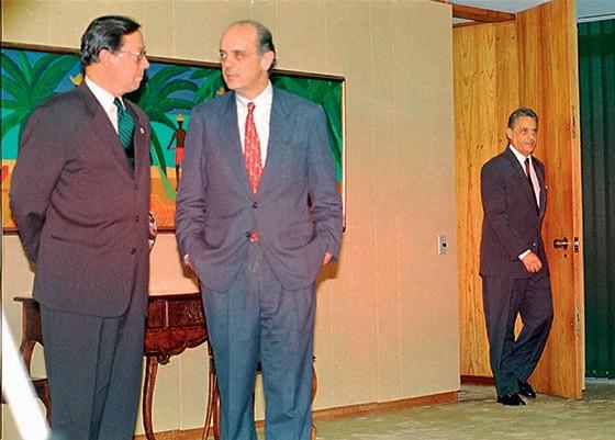 VISÕES CONTRÁRIAS Pedro Malan e José Serra quando eram ministros de Fernando Henrique. Um conflito que rachou a equipe econômica (Foto: Juca Varella/Folhapress)