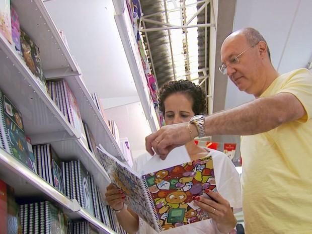 Casal pesquisou antes de fazer as compras de materiais escolares e deixou o filho em casa (Foto: Reprodução EPTV)