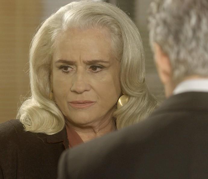 Mág fica devastada quando assiste ao vídeo de Isabela (Foto: TV Globo)