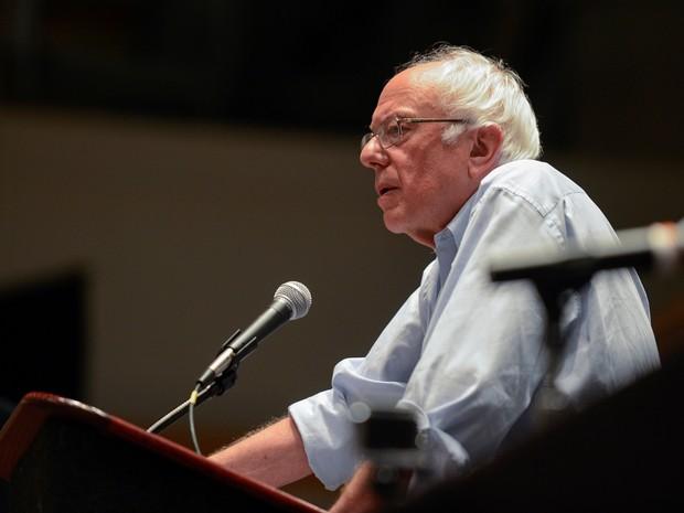 Bernie Sanders fala a delegados apoiadores reunidos na convenção do partido Democrata nesta segunda-feira (25) na Filadélfia (Foto: REUTERS/Bryan Woolston)