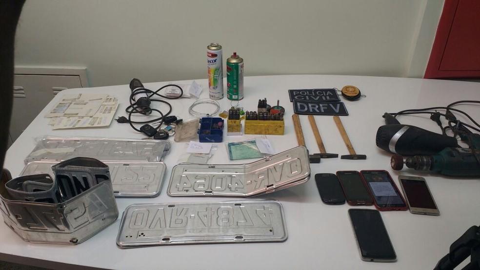 Material usado por homem preso por adulterar carros no DF (Foto: Beatriz Pataro/G1)