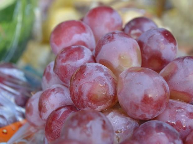 As uvas são as preferidas para os supersticiosos; a mais conhecida é ingerir 12 sementes, uma seguida da outra, cada uma simbolizando um desejo (Foto: Emily Costa/G1)