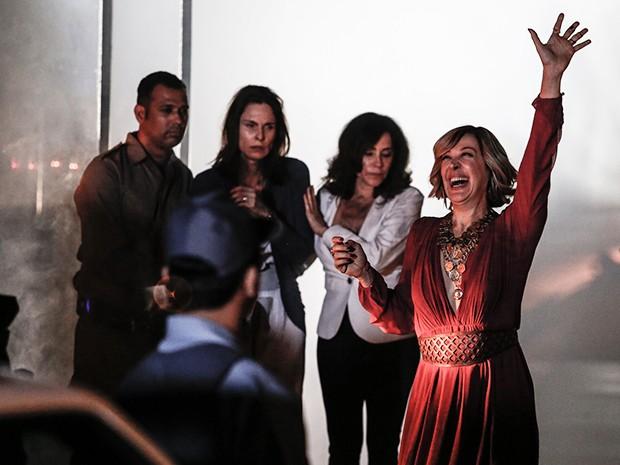 Samantha salva Maria Inês e Úrsula da explosão do shopping (Foto: Fábio Rocha/Gshow)