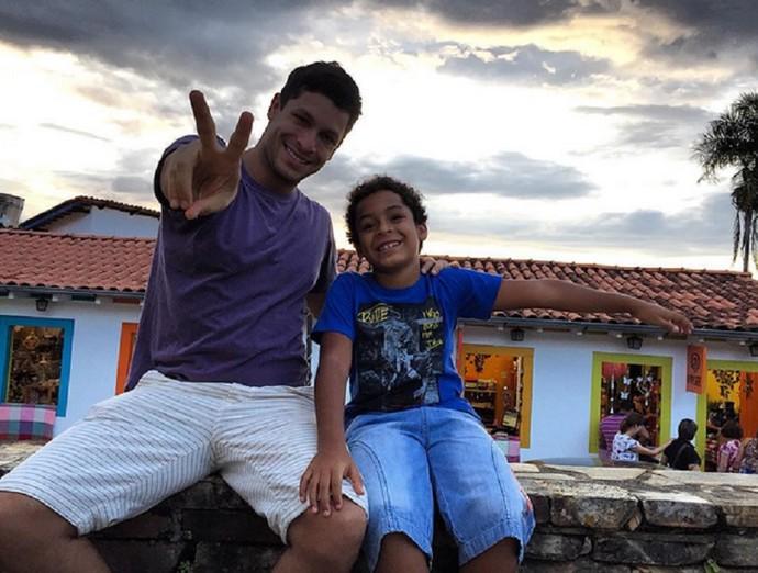 Rainer Cadete e o filho em Paraty, no Rio  (Foto: Arquivo Pessoal)