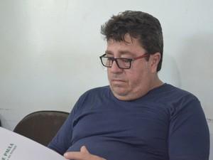 Pai da vitima ainda se emociona ao lembrar da morte do filho (Foto: Abinoan Santiago/G1)