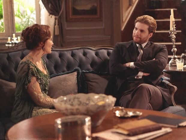 Edgar fica pensativo com o conselho da mãe (Foto: Lado a Lado/TV Globo)