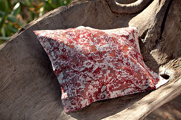 Almofada | O modelo monocromático tem motivos florais feitos a partir da técnica de boa noite (Foto: Kiko Ferrite/ Divulgação      )