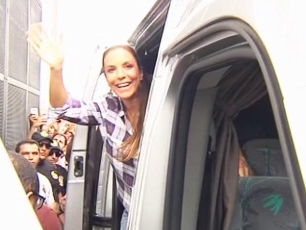Cantora Ivete Sangalo chegou na tarde desta terça-feira (17) em Votuporanga (Foto: Reprodução / TV TEM)