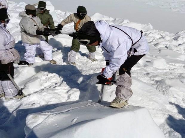 Operação de resgate de avalanche na região do Himalaia, na Índia (Foto: INDIAN DEFENCE MINISTRY / AFP )