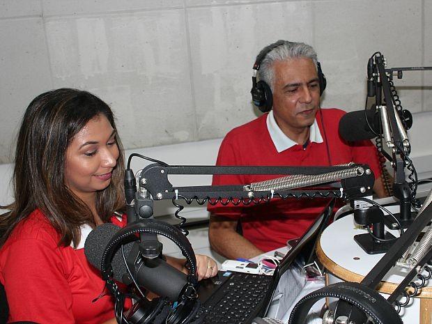 Izabel Santos e Cristóvão Nonato apresentam jornal CBN Amazônia 1ª Edição (Foto: Camila Henriques/G1 AM)