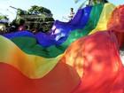 Parada do Orgulho LGBT reúne cerca de 1,2 mil pessoas no Parque do Povo
