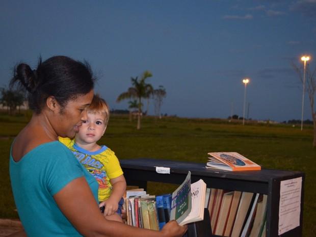 Visitantes aprovaram estante literária montada em praça (Foto: Dennis Weber/ G1)