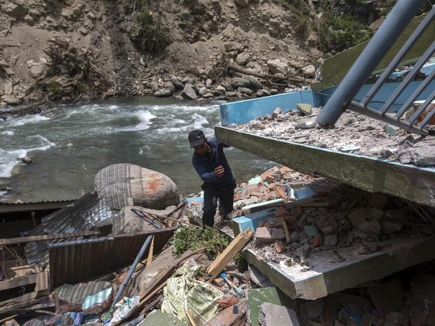 Rawne Bisunke procura seu filho desaparecido num prédio que desmoronou no vilarejo de Singati, no Nepal. É provável que o número de mortes devido aos terremotos recentes no país suba ainda mais, devido à quantidade de pessoas que seguem desaparecidas (Foto: Athit Perawongmetha/Reuters)