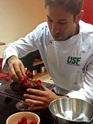 Professor e confeiteiro Marcelo Bergwerk ensina receita de ovo de Páscoa fitness  (Foto: Júlia Groppo)
