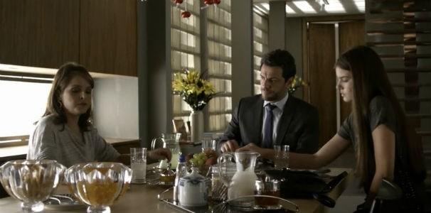 Durante o café da manhã, Carolina questiona com quem Angel passou a noite   (Foto: Reprodução/ Rede Globo)