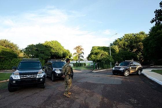 A Polícia Federal está na residência oficial do presidente da Câmara dos Deputados, Eduardo Cunha, no Lago Sul em Brasília, para cumprir mandados de busca e apreensão  (Foto: Marcelo Camargo/Agência Brasil)