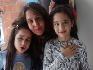 Kauany, de 7 anos, (à esquerda) é atendida pela associação desde 2011. (Foto: Jucilene Magalhães)