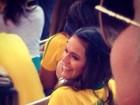 Bruna Marquezine assiste ao jogo com blusa em homenagem a Neymar