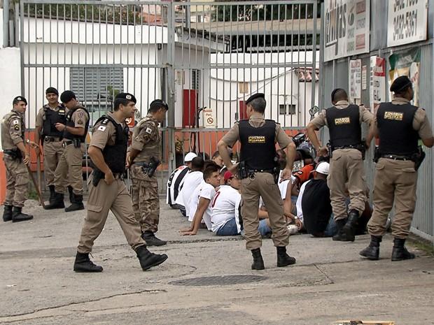 Torcedores detidos no bairro Santa Efigênia.  (Foto: Reprodução/TV Globo)