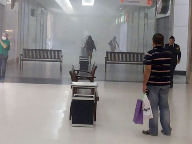 Fumaça se espalhou no segundo piso do shopping (Foto: Ediana Miralha/Inter TV Cabugi)