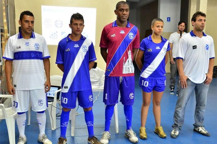 Uniformes Taubaté centenário Luciano Henrique, Renan, Santos, Gilsinho (Foto: Jonas Barbetta/ Divulgação EC Taubaté)