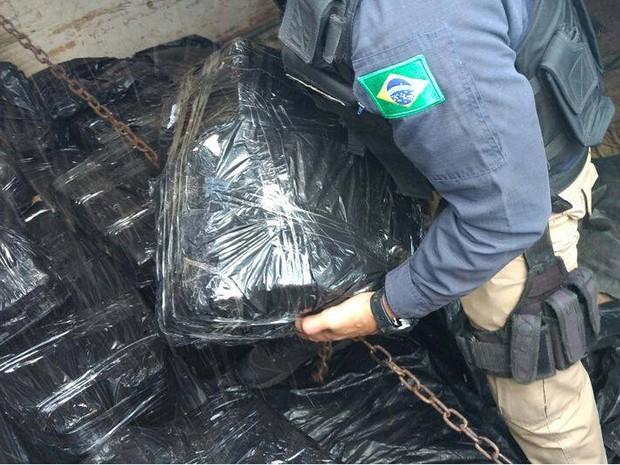 Sacos de maconha achados em caminhão na Bahia (Foto: Divulgação/PRF)