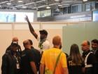 Usain Bolt mostra simpatia ao embarcar em aeroporto