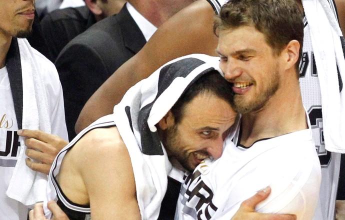 Manu Ginobili e Tiago Splitter comemoração NBA campeão (Foto: Reuters)