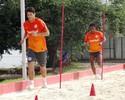 Willians e Índio 'ralam' na caixa de areia e fazem treinos leves com bola