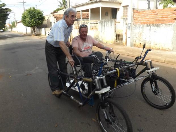 Inventor italiano aproveita carona no quadriciclo elétrico para cadeirantes (Foto: Caio Silveira/ G1)