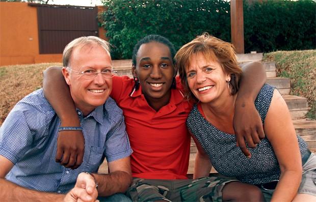 UMA FAMÍLIA HOLANDESA Welington entre Paul e Iemke Willems, seus pais adotivos. Quando  contaram ao filho sobre a vida dele antes da adoção, o choque foi grande  (Foto: Saul Schramm/ÉPOCA)