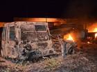 Polícia investiga incêndio a 6 veículos em terreno de delegacia na BA; fotos