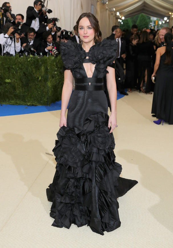 """NEW YORK, NY - MAY 01:  Dakota Johnson attends the """"Rei Kawakubo/Comme des Garcons: Art Of The In-Between"""" Costume Institute Gala at Metropolitan Museum of Art on May 1, 2017 in New York City.  (Photo by Neilson Barnard/Getty Images) (Foto: Getty Images)"""