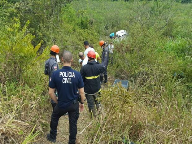 Carro capotou e caiu em ribanceira na BR-101 (Foto: Rafael Vedra / Liberdadenews.com.br )