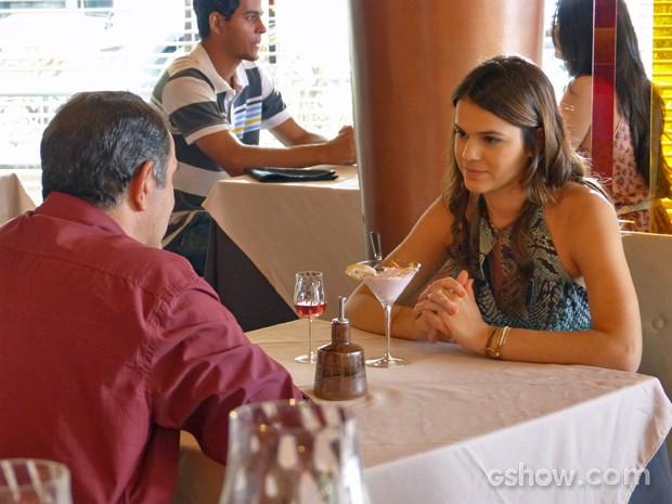 Luiza presta atenção à proposta do pai (Foto: Em Família/ TV Globo)