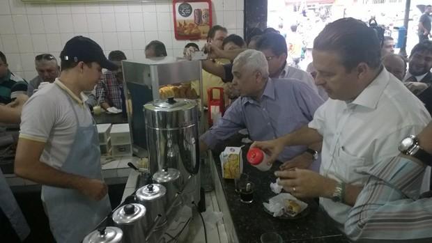 O pré-candidato do PSB à Presidência da República, Eduardo Campos, durante café da manhã em Campina Grande (PB) (Foto: Diogo Almeida/G1)