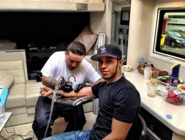Lewis Hamilton faz uma tatuagem em Barcelona (Foto: Reprodução Twitter)