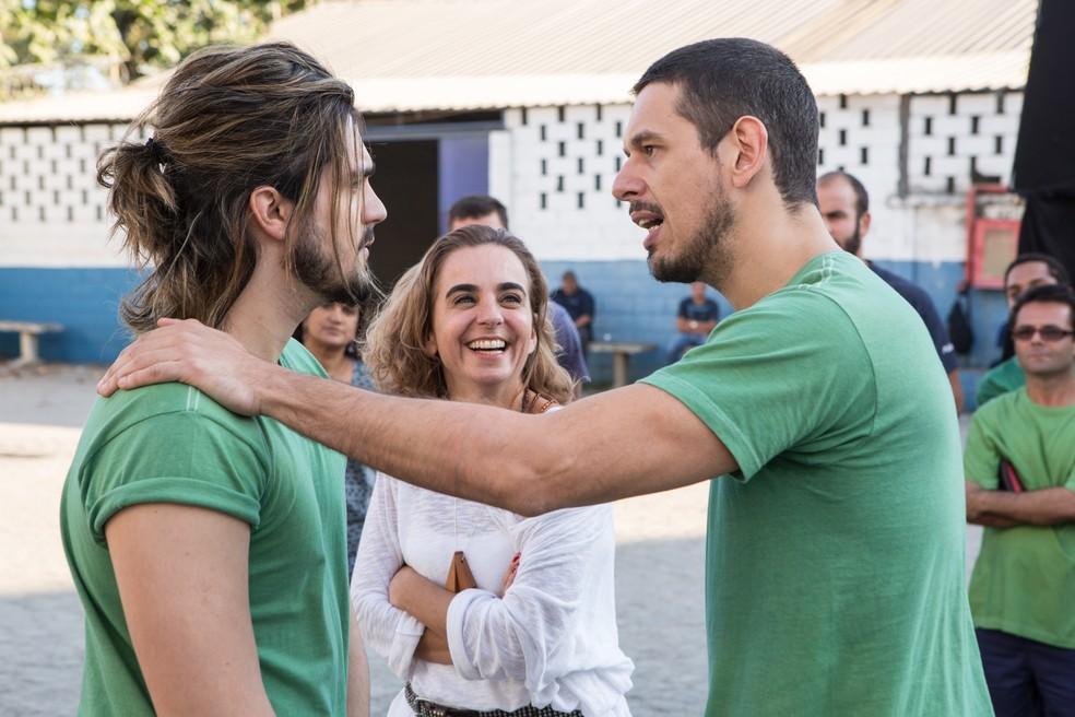 Luan Santana grava com João Vicente de Castro, sob os olhares da diretora Maria de Médicis (Foto: Felipe Monteiro/Gshow)