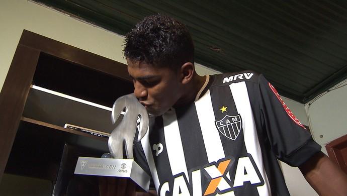 Capixaba, meia do Atlético-MG, recebe o Troféu Globo Minas de revelação do Campeonato Mineiro 2016 (Foto: Reprodução / TV Globo Minas)
